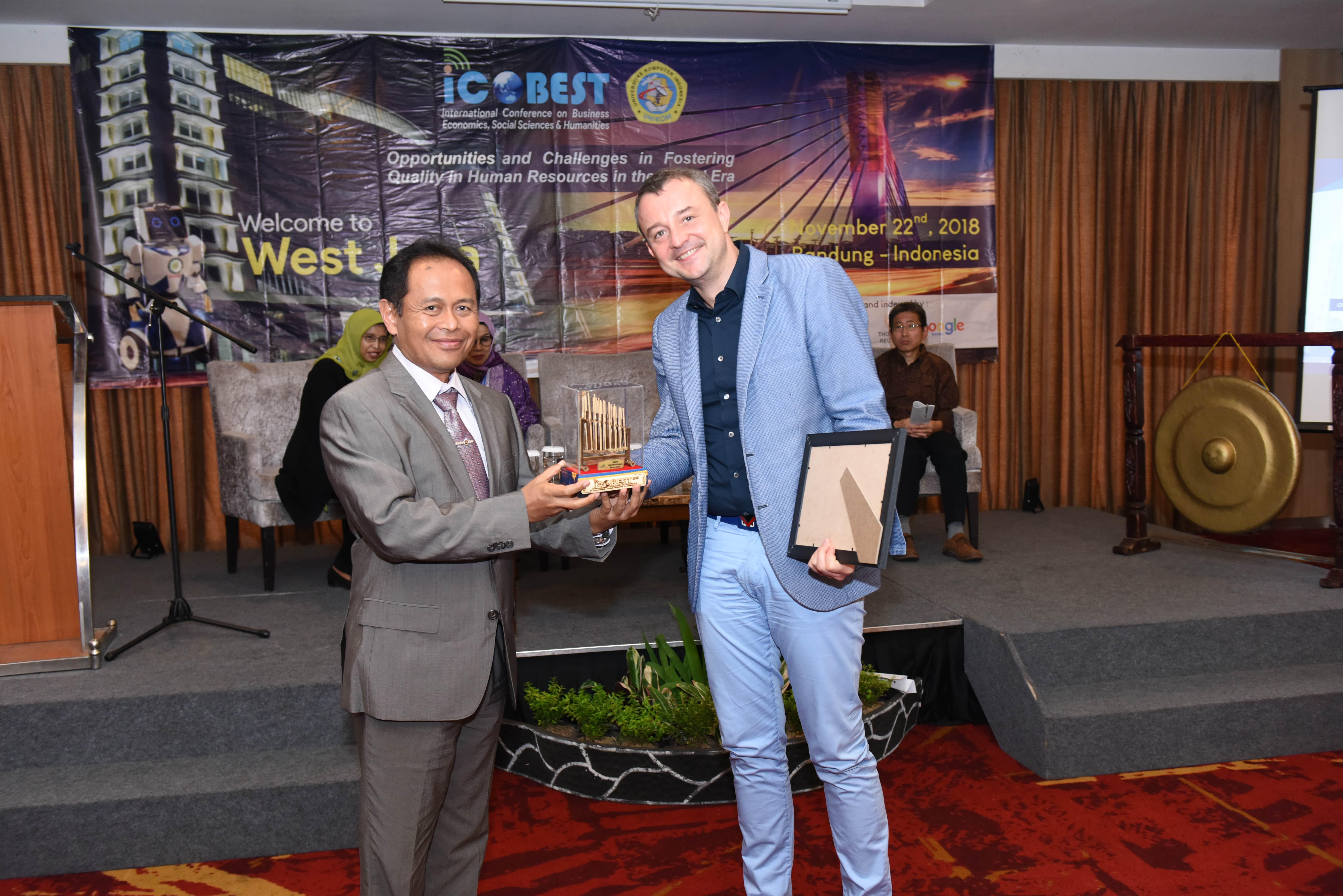 ICOBEST 2018 - Foto Bersama Prof. Dennis Ushakov