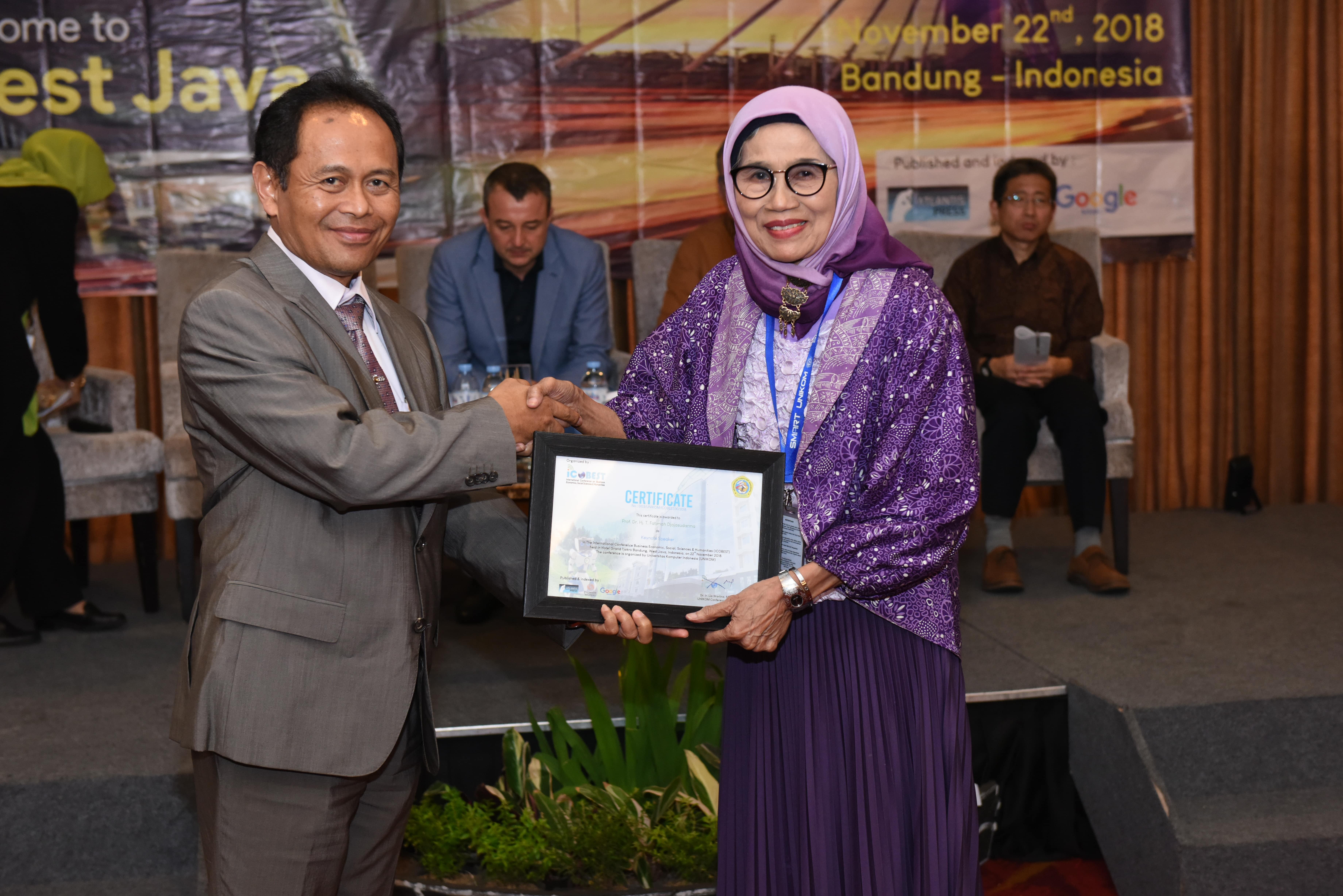 ICOBEST 2018 - Foto Bersama Prof. Dr. Hj. T. Fatimah Djajasudarma