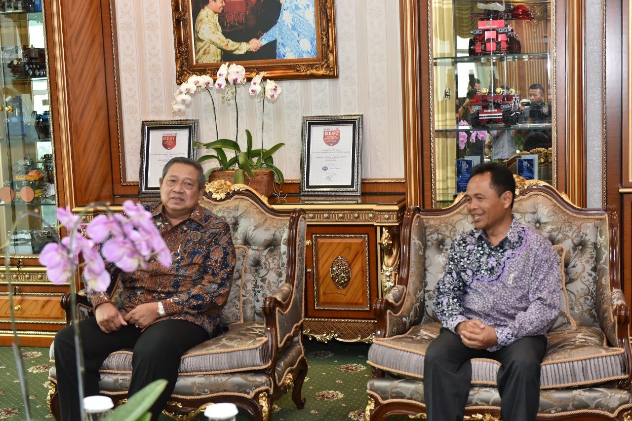 Penganugrahan Bapak Susilo Bambang Yudhoyono sebagai Bapak Pembangunan Pendidikan Teknologi Informasi Indonesia (Foto ke-1)