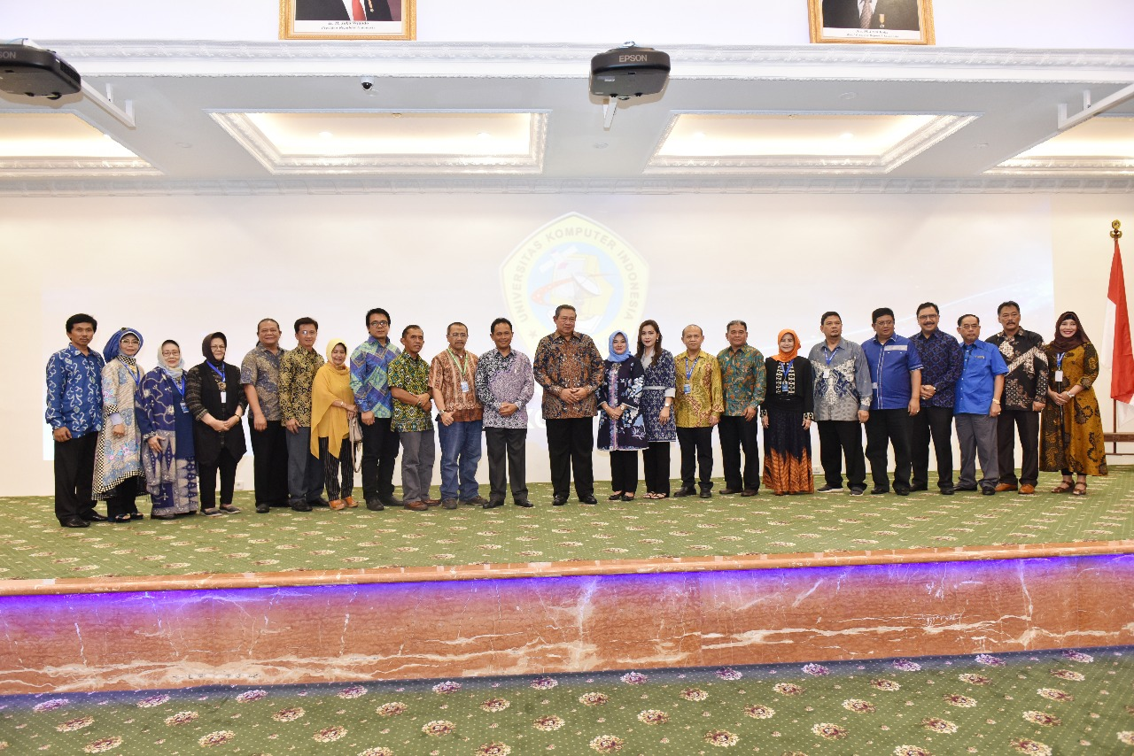 Penganugrahan Bapak Susilo Bambang Yudhoyono sebagai Bapak Pembangunan Pendidikan Teknologi Informasi Indonesia (Foto ke-10)