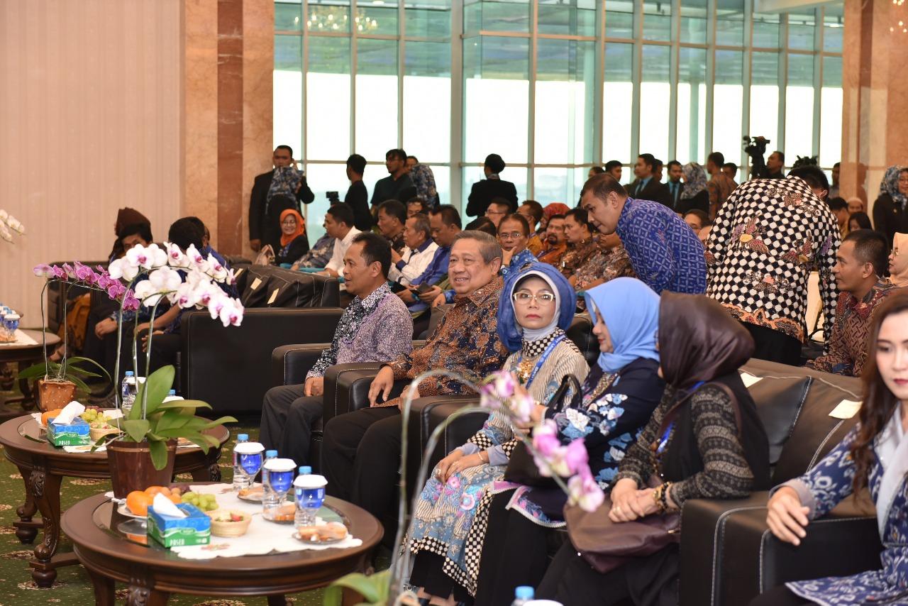 Penganugrahan Bapak Susilo Bambang Yudhoyono sebagai Bapak Pembangunan Pendidikan Teknologi Informasi Indonesia (Foto ke-2)