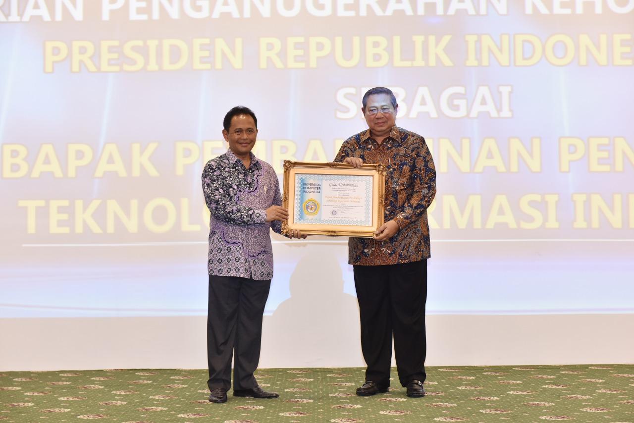 Penganugrahan Bapak Susilo Bambang Yudhoyono sebagai Bapak Pembangunan Pendidikan Teknologi Informasi Indonesia (Foto ke-5)