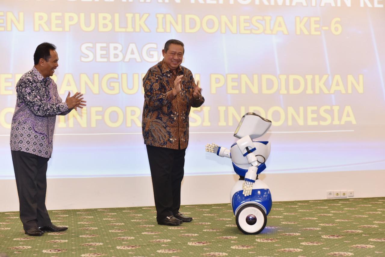 Penganugrahan Bapak Susilo Bambang Yudhoyono sebagai Bapak Pembangunan Pendidikan Teknologi Informasi Indonesia (Foto ke-6)