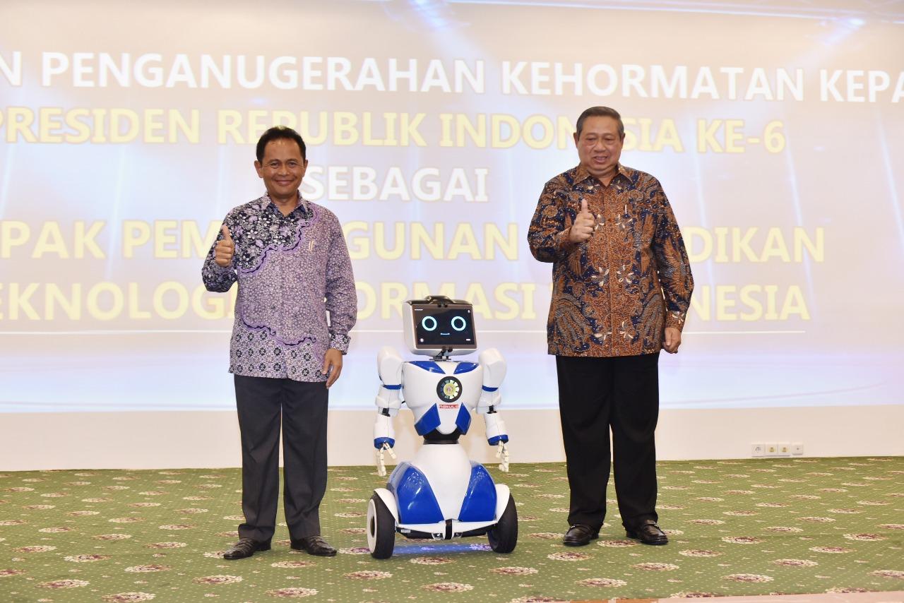 Penganugrahan Bapak Susilo Bambang Yudhoyono sebagai Bapak Pembangunan Pendidikan Teknologi Informasi Indonesia (Foto ke-7)
