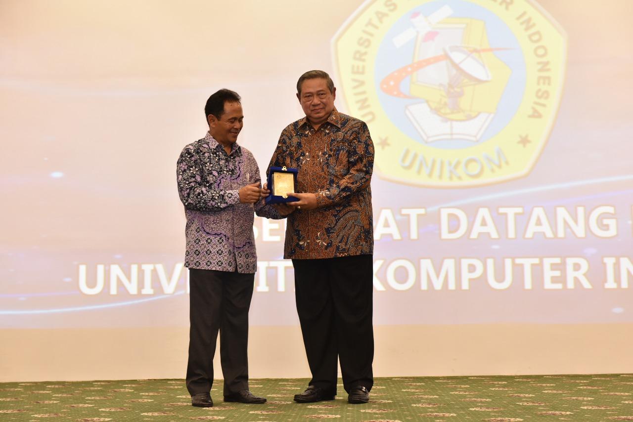 Penganugrahan Bapak Susilo Bambang Yudhoyono sebagai Bapak Pembangunan Pendidikan Teknologi Informasi Indonesia (Foto ke-9)